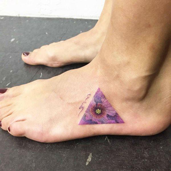Que symbolise un triangle sur un tatouage?